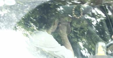 Hải Băng xuất hiện tình tứ và hôn Thành Đạt trong xe hơi