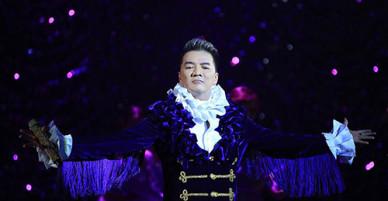 Live show Đàm Vĩnh Hưng: màu mè, mãn nhãn và choáng ngợp