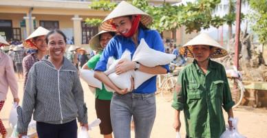 Phạm Hương bê gạo giúp đỡ người dân vùng lũ Quảng Bình