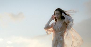 Hồ Ngọc Hà mặc váy xẻ đến eo, nắm tay trai Tây dạo biển