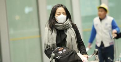 Liên tiếp dính rắc rối, Triệu Vy đầu bù tóc rối, mệt mỏi tại sân bay