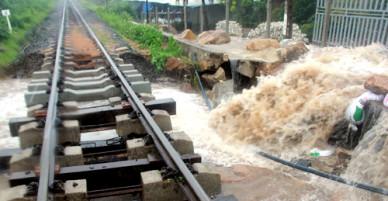 Sạt lở hàng ngàn tấn đất đá trên đèo Cả, đường bộ và đường sắt tê liệt