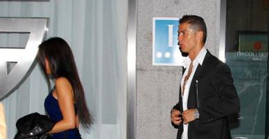 Ronaldo hôn say đắm người tình mới khi đi ăn tối