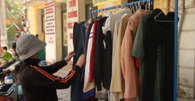 """Tủ quần áo mùa đông cho không, """"ai thiếu thì đến lấy"""" ven đường Hà Nội"""