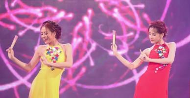 Hoàng Thùy Linh và Chi Pu so độ quyến rũ khi diện áo yếm trên sân khấu