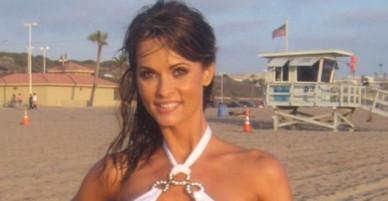 Bơm ngực quá to, người mẫu Playboy nằm liệt giường và suýt mất mạng
