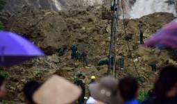 Cả trăm người đào bới tìm 18 nạn nhân bị đất đá vùi lấp