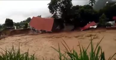 [Clip đang được share nhiều nhất] Cận cảnh ngôi nhà cao tầng từ từ sụt móng rồi đổ sập xuống dòng nước lũ