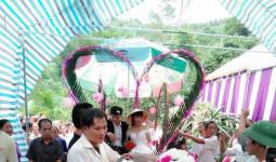 """""""Những cô dâu vùng lũ"""". Chắc chắn đây là đám cưới khó quên trong cuộc đời cô dâu, chú rể và người tham dự"""