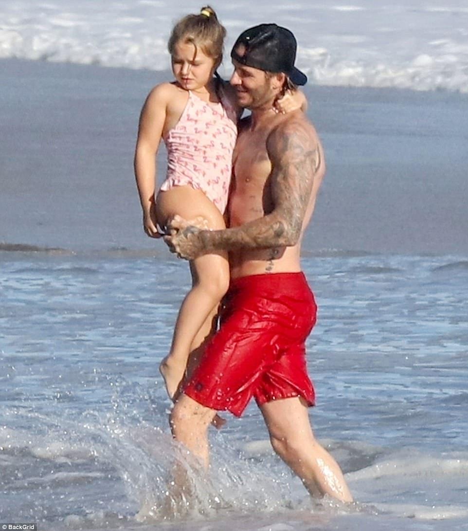Harper giờ đã 6 tuổi nhưng với Beckham thì vẫn luôn là em bé nhỏ nhắn cần được bế bồng - Ảnh 1.