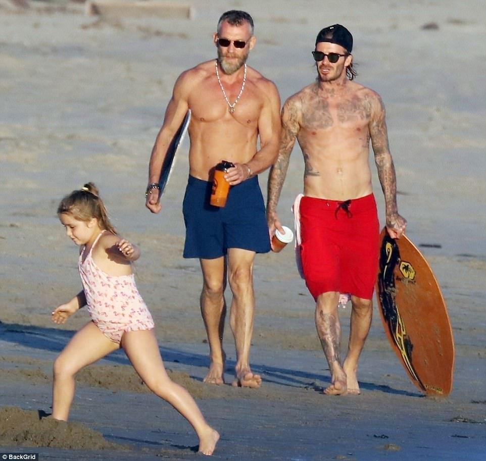 Harper giờ đã 6 tuổi nhưng với Beckham thì vẫn luôn là em bé nhỏ nhắn cần được bế bồng - Ảnh 6.