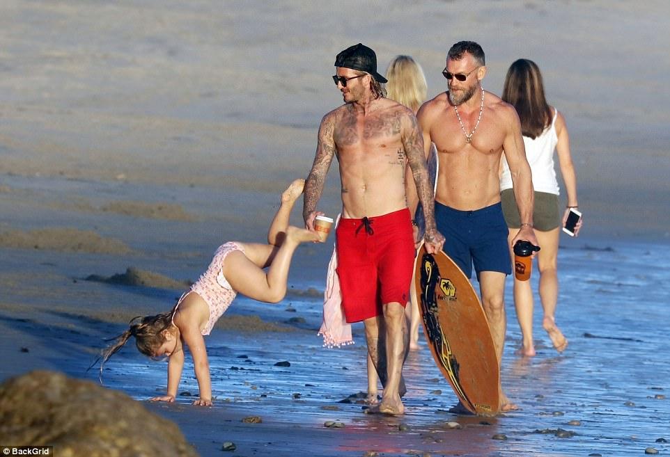 Harper giờ đã 6 tuổi nhưng với Beckham thì vẫn luôn là em bé nhỏ nhắn cần được bế bồng - Ảnh 7.