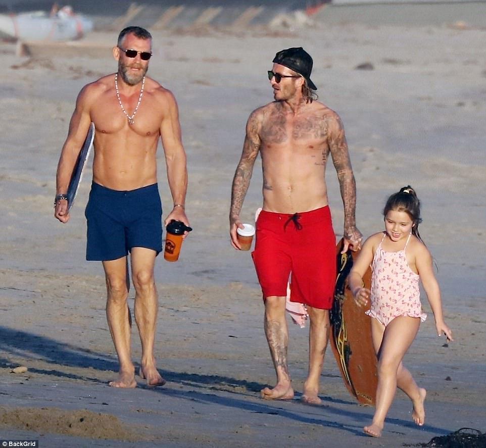 Harper giờ đã 6 tuổi nhưng với Beckham thì vẫn luôn là em bé nhỏ nhắn cần được bế bồng - Ảnh 4.