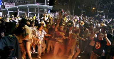 Châm lửa thiêu đốt đường phố, ném đá cảnh sát: Khi lễ hội Halloween vượt xa ranh giới của những trò đùa vô hại