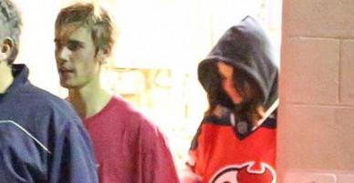 Selena Gomez đến cổ vũ Justin Bieber chơi hockey và mặc cả áo của bạn trai