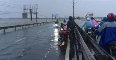 Clip: Người dân Quảng Nam liều mình chạy xe qua quốc lộ 1A mặc cho nước lũ dâng cao, nhấn chìm cả đoạn đường