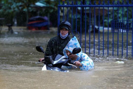 Hình ảnh lũ lụt miền Trung ngập tràn báo chí nước ngoài - Ảnh 3.
