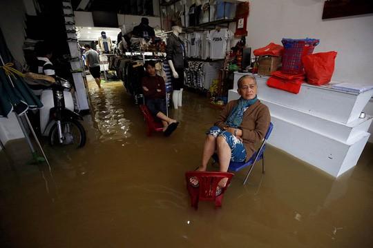 Hình ảnh lũ lụt miền Trung ngập tràn báo chí nước ngoài - Ảnh 4.