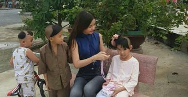 Tân Hoa hậu Đại dương ăn mặc giản dị đến trao quà cho trẻ em cơ nhỡ