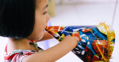Cô bé chim cánh cụt 7 tuổi viết chữ bằng chân và ước mơ trở thành cô giáo