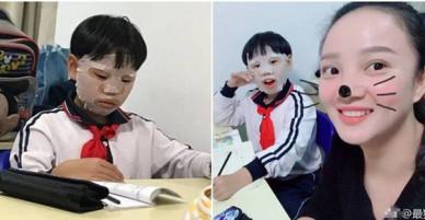 Đang say sưa làm bài tập, nam sinh Tiểu học đột nhiên ra ngoài đắp mặt nạ dưỡng da khiến cả lớp ngã ngửa