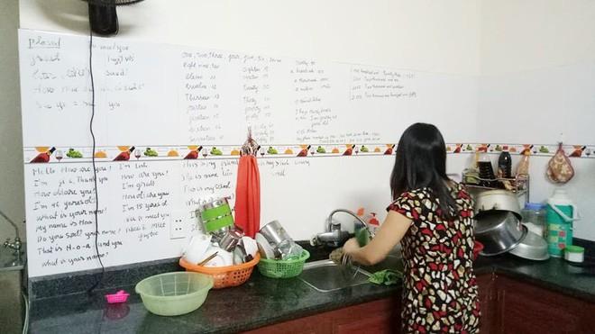 Con gái khoe mẹ U50 hiếu học nhất hệ mặt trời, dùng cả tường bếp làm bảng ghi từ mới, cấu trúc tiếng Anh - Ảnh 1.