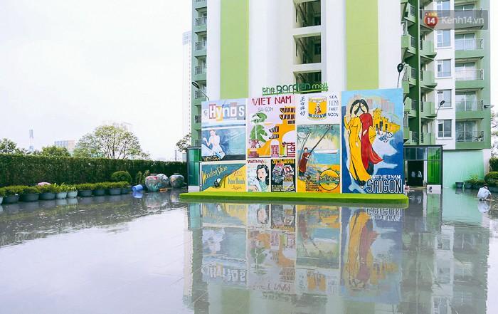 Giới trẻ hào hứng chụp ảnh với các biển quảng cáo Sài Gòn - Chợ Lớn xưa được trưng bày tại The Garden Mall - Ảnh 2.