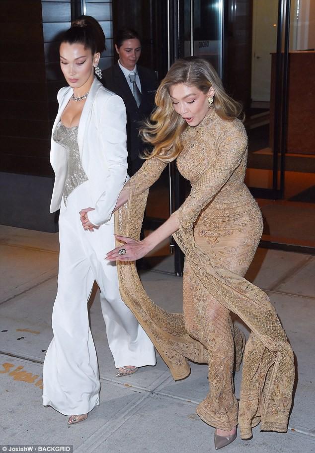 Vì diện bộ đầm dài siêu lộng lẫy, Gigi Hadid phải trả giá bằng màn suýt ngã sấp mặt trên phố - Ảnh 1.