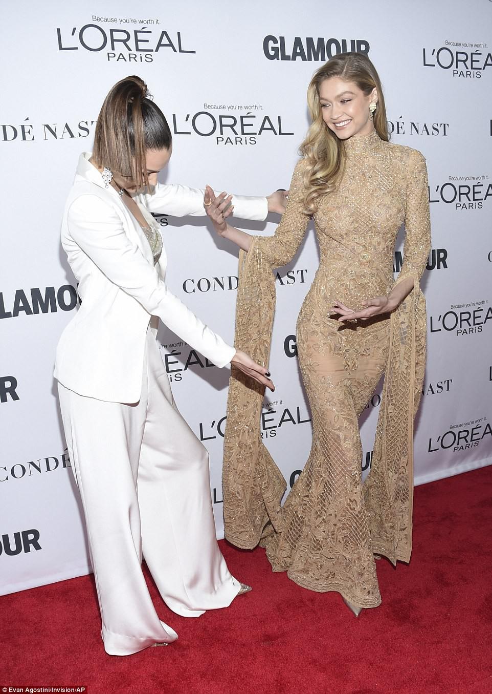 Vì diện bộ đầm dài siêu lộng lẫy, Gigi Hadid phải trả giá bằng màn suýt ngã sấp mặt trên phố - Ảnh 6.