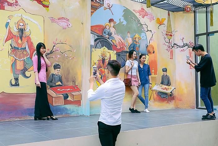 Giới trẻ hào hứng chụp ảnh với các biển quảng cáo Sài Gòn - Chợ Lớn xưa được trưng bày tại The Garden Mall - Ảnh 7.