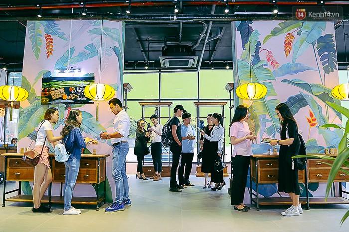 Giới trẻ hào hứng chụp ảnh với các biển quảng cáo Sài Gòn - Chợ Lớn xưa được trưng bày tại The Garden Mall - Ảnh 8.