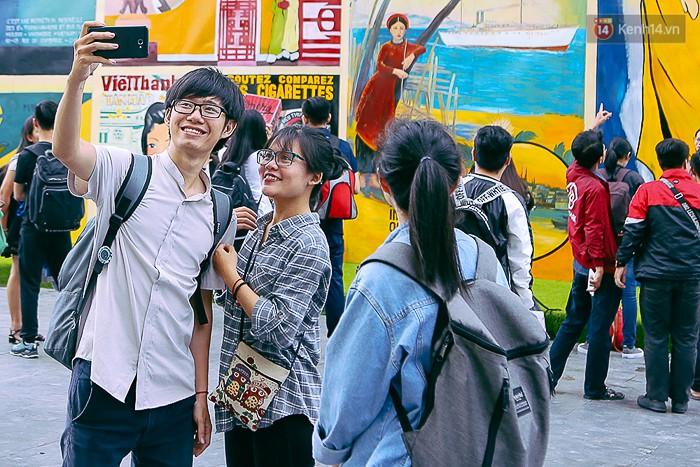 Giới trẻ hào hứng chụp ảnh với các biển quảng cáo Sài Gòn - Chợ Lớn xưa được trưng bày tại The Garden Mall - Ảnh 4.