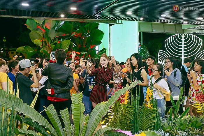 Giới trẻ hào hứng chụp ảnh với các biển quảng cáo Sài Gòn - Chợ Lớn xưa được trưng bày tại The Garden Mall - Ảnh 9.