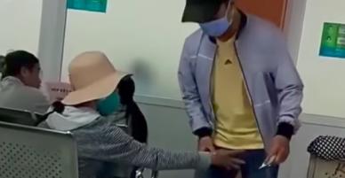 Clip: Người phụ nữ thản nhiên dùng tay sờ vùng nhạy cảm của đàn ông trong bệnh viện ở Sài Gòn