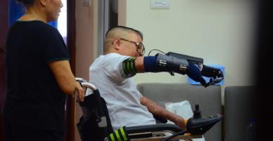 """Chiến sĩ duy nhất sống sót sau vụ rơi trực thăng Hòa Lạc nghẹn ngào với đôi tay giả: """"Tôi vui sướng, hạnh phúc đến quên cả ăn uống"""""""