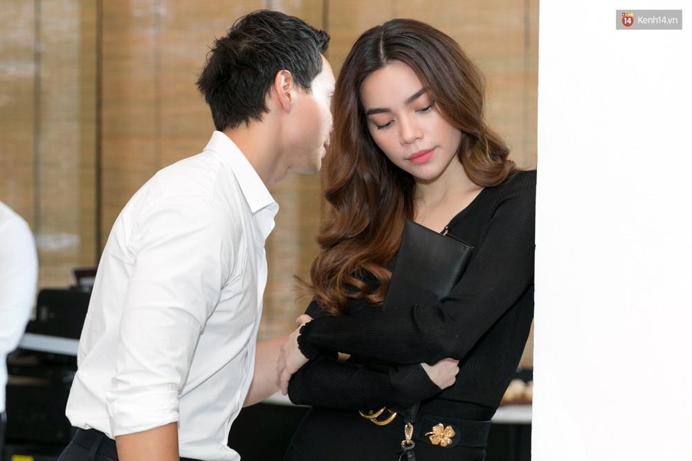 Sau hình ảnh hôn má, Hà Hồ - Kim Lý công khai tình bể bình giữa chốn đông người - Ảnh 1.
