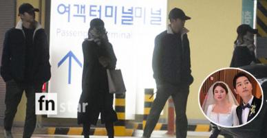 Lộ loạt ảnh Song Joong Ki và Song Hye Kyo về nước sau tuần trăng mật, nhưng sao xa cách thế này?