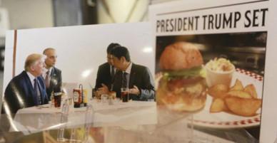 Tương tự hiện tượng bún chả Obama ở Việt Nam, người Nhật đang nô nức xếp hàng đi ăn burger Tổng thống Trump