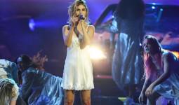 Vừa trở lại với single Wolves, Selena Gomez đã bị phát hiện hát nhép ngay trên sân khấu AMA