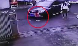 Con gái 3 tuổi bị xe cán trong khi mẹ mải uống nước bên cạnh