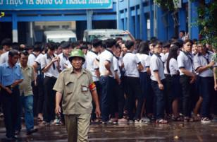 Trường học bỗng nhiên bốc cháy ngùn ngụt, hàng trăm học sinh hoảng loạn tháo chạy