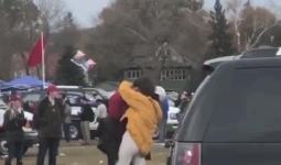 Ái nữ nhà Obama ôm hôn trai lạ, hút thuốc lá ngay trong khuôn viên trường đại học