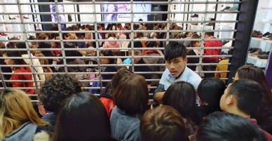 Hàng trăm người đứng chờ ngoài cửa sắt để được mua hàng giảm giá ngày Black Friday tại Vincom