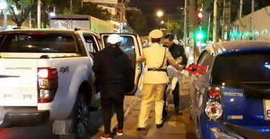 Cô gái đi xe máy bất tỉnh giữa đêm đông giá lạnh và hành động đẹp của người chiến sỹ CSGT Hà Nội