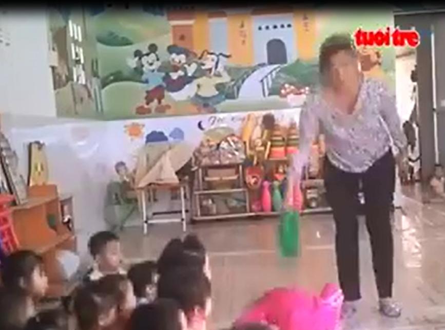 Vụ bạo hành trẻ mầm non ở Sài Gòn: Nhiều phụ huynh bức xúc gào khóc Tại sao lại đánh con tôi như thế - Ảnh 2.