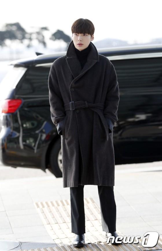 Sân bay MAMA Hồng Kông: Song Joong Ki tiều tụy bất ngờ, bà hoàng Lee Young Ae, EXO cùng dàn siêu sao đổ bộ - Ảnh 18.
