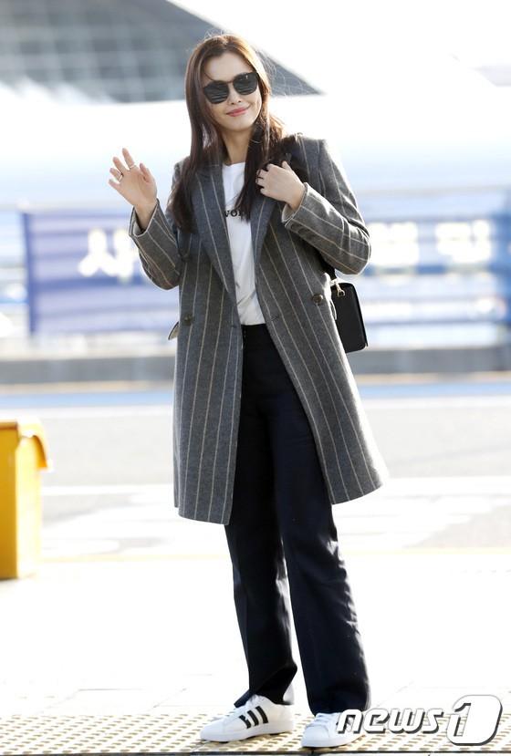 Sân bay MAMA Hồng Kông: Song Joong Ki tiều tụy bất ngờ, bà hoàng Lee Young Ae, EXO cùng dàn siêu sao đổ bộ - Ảnh 11.