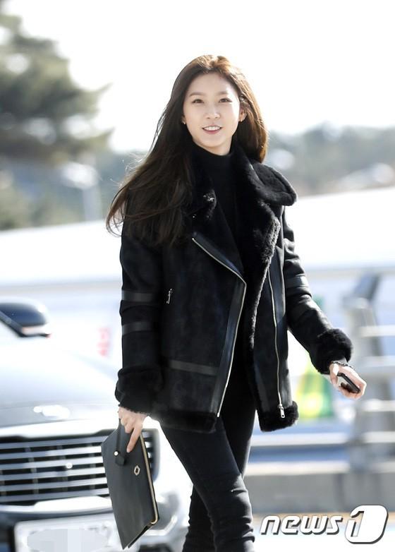 Sân bay MAMA Hồng Kông: Song Joong Ki tiều tụy bất ngờ, bà hoàng Lee Young Ae, EXO cùng dàn siêu sao đổ bộ - Ảnh 28.