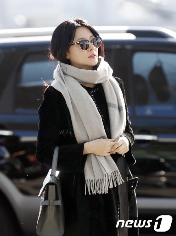 Sân bay MAMA Hồng Kông: Song Joong Ki tiều tụy bất ngờ, bà hoàng Lee Young Ae, EXO cùng dàn siêu sao đổ bộ - Ảnh 7.