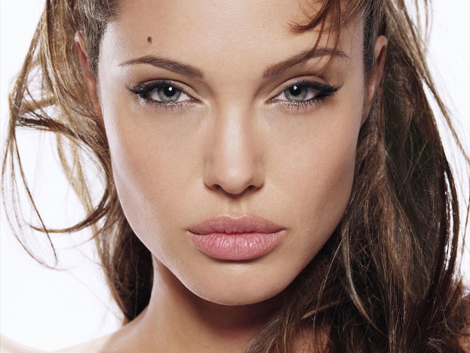 Cô gái phẫu thuật thẩm mỹ hơn 50 lần đề nhìn giống Angelina Jolie, kết quả trả về gia tinh Dobby - Ảnh 1.